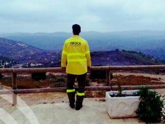 Un efectivo del Infoca observa la zona del incendio, ya estabilizado