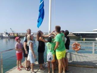 Izada de la bandera azul en el Puerto de Mazagón