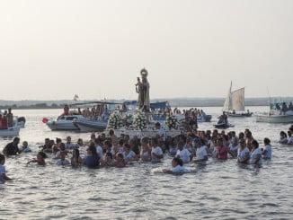 Procesión de la Virgen del Carmen por las aguas del río