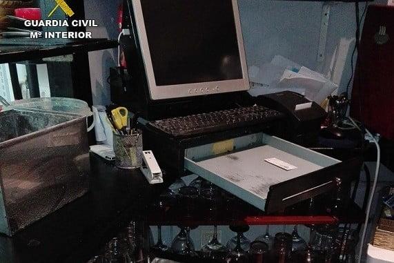 Los dos detenidos sustrajeron el dinero en efectivo de la caja registradora
