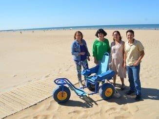 La playa urbana de Punta Umbría cuenta ya con una silla anfibia infantil
