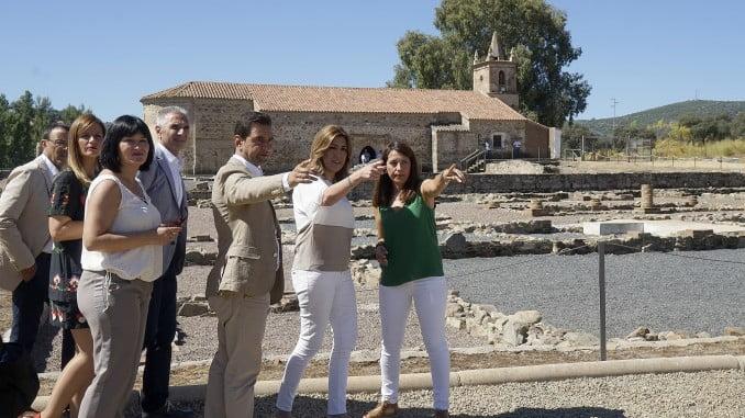 La presidenta de la Junta en su visita al yacimiento romano de Arucci Turóbriga
