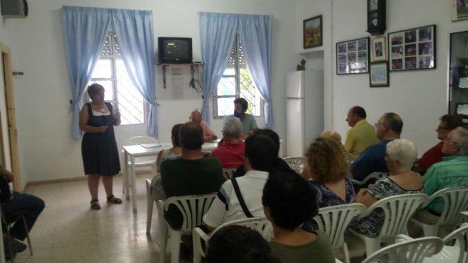 Reunión de los vecinos con responsables de la Oficina Técnica del Plan Integral del Distrito 5