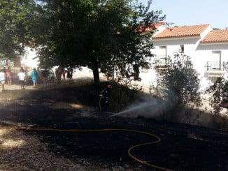 Vecinos y bomberos sofocan el fuego muy próximo a las viviendas
