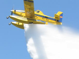 Efectivos del MAPAMA efectúan un servicio de extinción de incendios