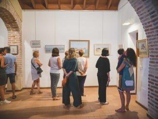 La ermita de San Sebastián acoge una exposición de artistas locales ayamontinos.