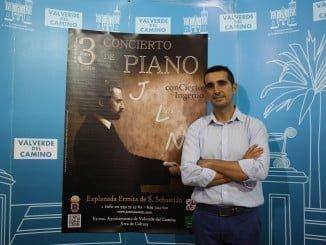 El concejal de Cultura presentó el próximo concierto del pianista José Luis Nieto en Valverde, que se celebrará al aire libre plaza de San Sebastián.