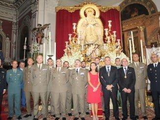 El teniente general de la Unidad Militar de Emergencias (UME) Miguel Alcañiz Comas, junto con otras autoridades militares y el alcalde de La Palma, ante la Virgen Del Valle coronada.