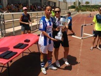 El Sporting recibe la copa como subcampeón del Torneo Indalo Cup de Almería.