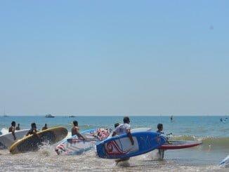 En las playas de Punta Umbría se celebró la VIII Paddle Sur 'Virgen del Carmen'.