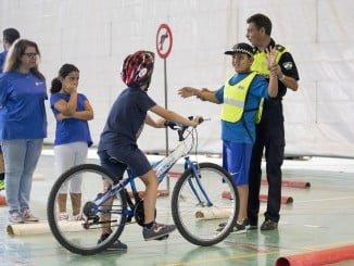 Formación en educación vial para los participantes en el Campamento de Verano.