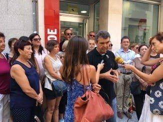 El candidato José Martín en la puerta de la sede de la Agrupación Provincial del PSOE en Huelva.