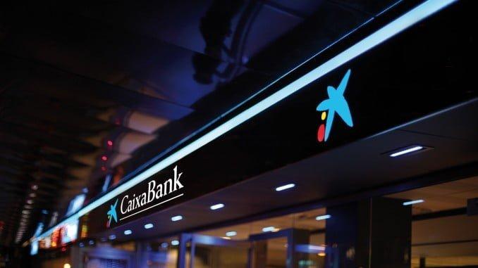 Oficina de Caixabank de noche