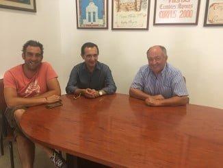 El delegado de Economía, Manuel Ceada, en una reunión con el alcalde de Cumbres Mayores, Ramón Castaño