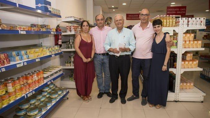 Posando tras la firma del convenio entre Aguas de Huelva y el Economato Resurgir
