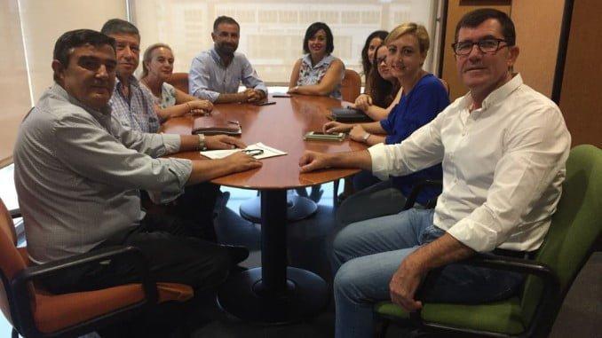 El delegado de Educación, Vicente Zarza, en un encuentro con representantes de los municipios premiados