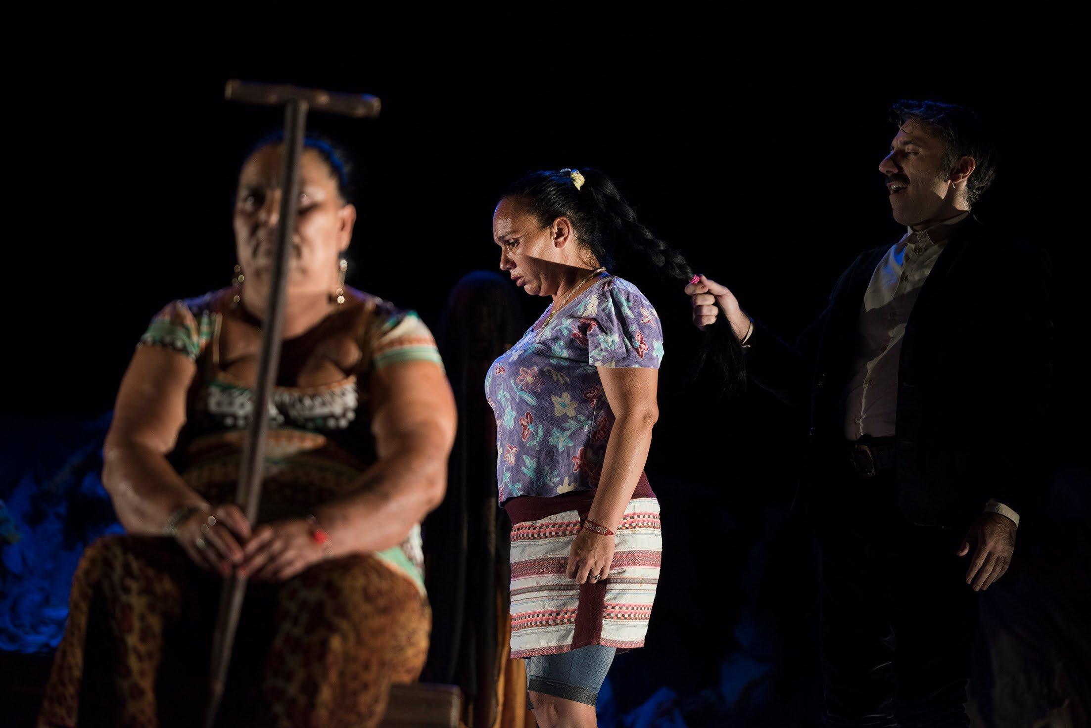 El reparto cuenta con actrices de etnia gitana del barrio chabolista de El Vacie de Sevilla