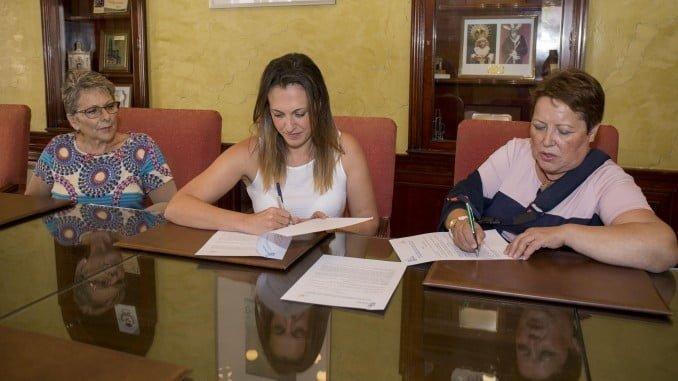 La concejala de Participación Ciudadana y la Presidenta de la Asociación de Cáncer de Mama firman un convenio de colaboración