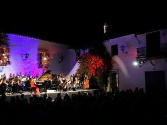 La Joven Orquesta Mediterránea actuando en el Patio de La Jabonería de Aymonte