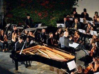 Actuación de la Joven Orquesta Mediterránea en el Patio de La Jabonería
