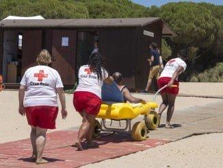 Gracias a los voluntarios de Cruz Roja y al vehículo Anfibuggy, los discapacitados pueden bañarse este verano en la playa