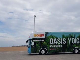 Un autobús de Yoigo recorre varias playas españolas con una zona de actividades