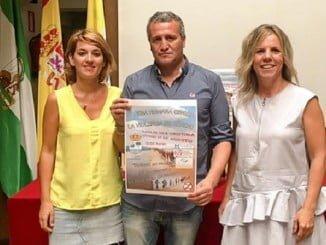 El promotor de la iniciativa, Sergio Cárdenas, junto a la alcaldesa de Isla Cristina y la concejala de la Mujer