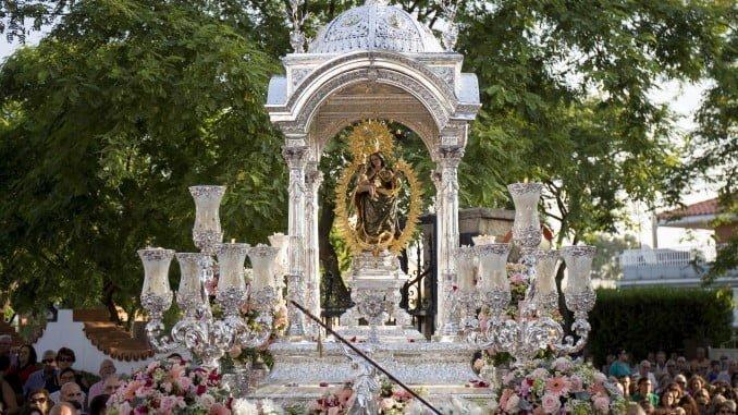 La Patrona de Huelva, en la bajada a la Catedral