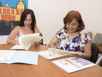 La concejala de Políticas Sociales y la presidenta de Huelva Acoge firman un convenio de colaboración