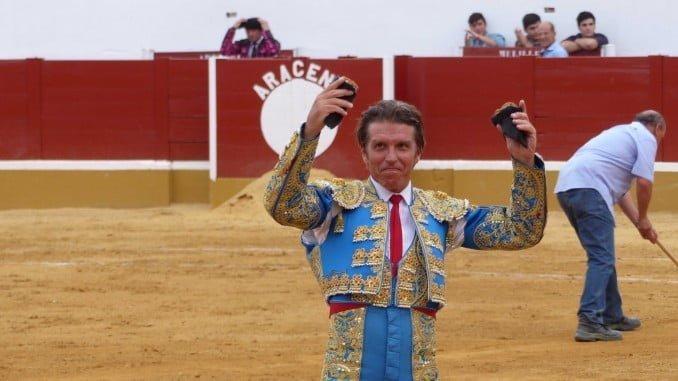 El Cordobés, con sus dos orejas, triunfa en la Feria de Aracena