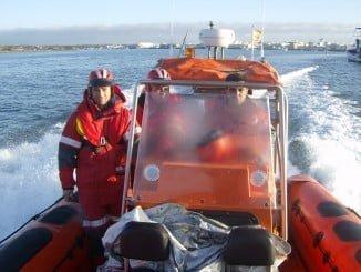 Una embarcación de Cruz Roja participa en las labores de búsqueda del bañista