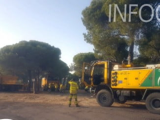 32 bomberos, 2 AAMM y 4 autobombas han trabajado toda la noche en el incendio de Cartaya