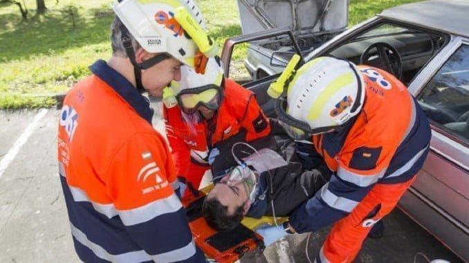 Sanitarios del EPES atendiendo a un herido en un accidente de tráfico