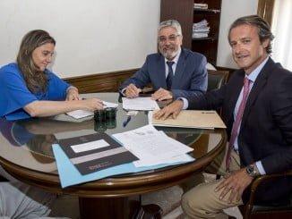 Firma del convenio entre la aseguradora de Salud Asisa y el Consistorio onubense