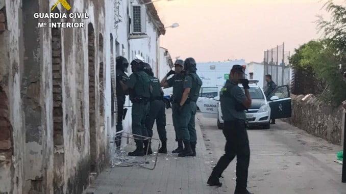 Agentes de la Guardia Civil poco antes de entrar en el domicilio del detenido