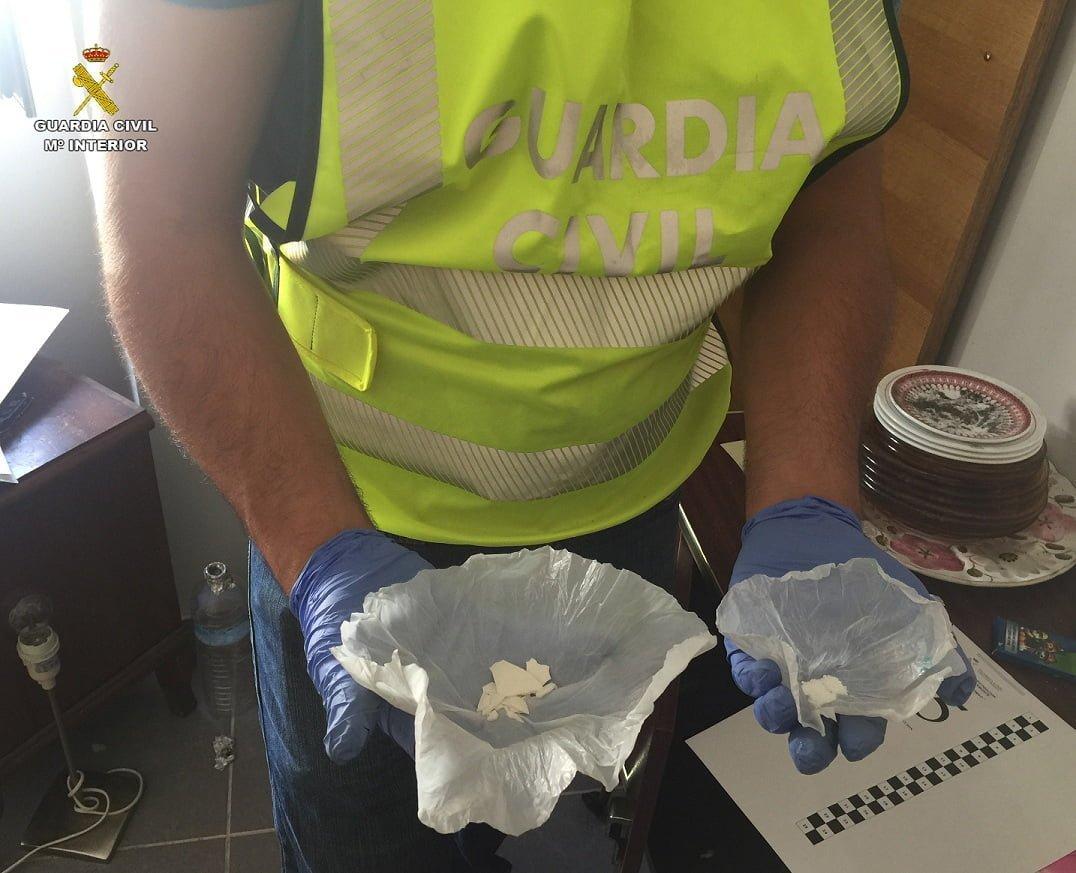 Un agente de la Guardia Civil con parte de la droga intevenida