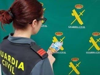 El detenido por la Guardia Civil sustraía tarjetas de crédito de las viviendas
