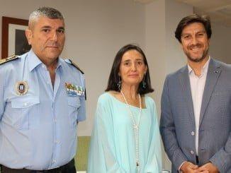 La subdelegada del Gobierno junto al nuevo jefe de la Policía Local y el concejal de Seguridad