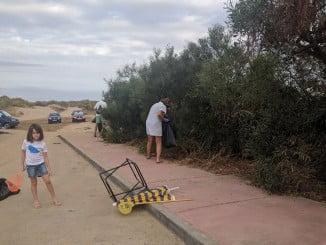 Voluntarios limpiando la playa de Isla Canela