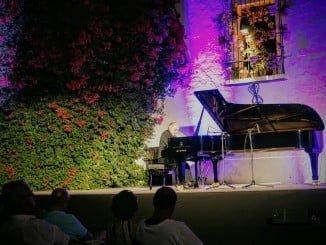 Actuación del pianista catalán Muñoz Cañivanos en el Patio de La Jabonería