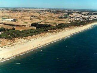 Los inmigrantes llegaron en una lancha neumática a la playa de La Redondela