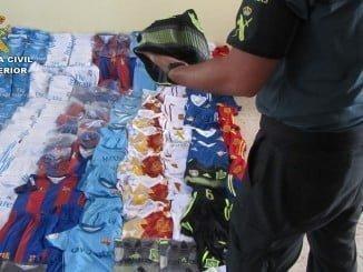 Un agente de la Guardia Civil con las prendas falsificadas