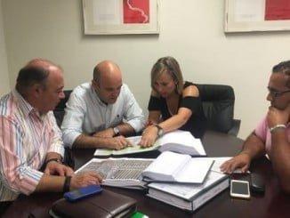 La diputada provincial de Infraestructuras con el Grupo Municipal Socialista de Cartaya