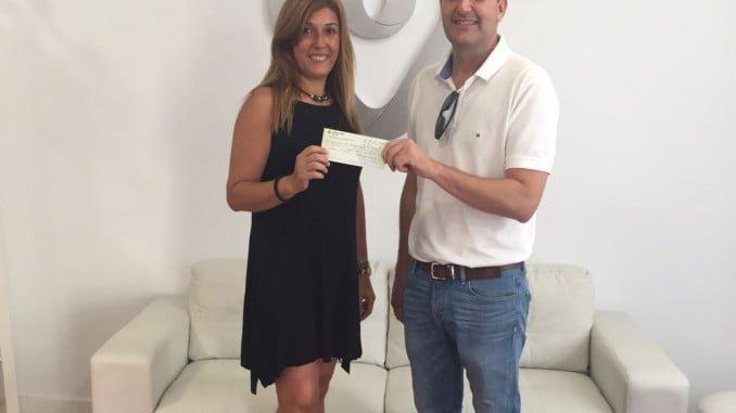 Abriendo Puertas recibe el cheque de 2000 euros de manos de un responsable de Cuna de Platero