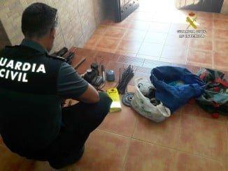 Un agente con los objetos sustraídos del intenerior del vehículo