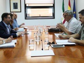 El consejero de Agricultura, Pesca y Desarrollo Rural en una reunión con representantes de UPA-Andalucía