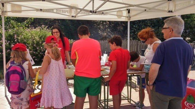 Los niños participaron activamente en el taller de medio ambiente organizado en la playa de Isla Canela.