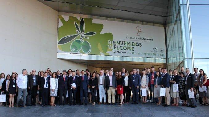 Gaspar Llanes, secretario general de Economía y presidente de Extenda, con la delegación internacional en Andalucía Sabor.