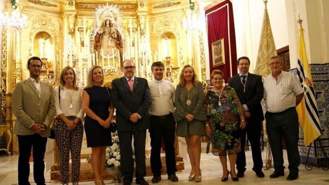 Las autoridades isleñas, la presidenta del Consejo y el cura párroco junto al Exaltador.