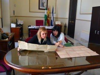 La delegada de Cultura explica a la alcaldesa de San Juan los trabajos para declarar BIC la ribera del río